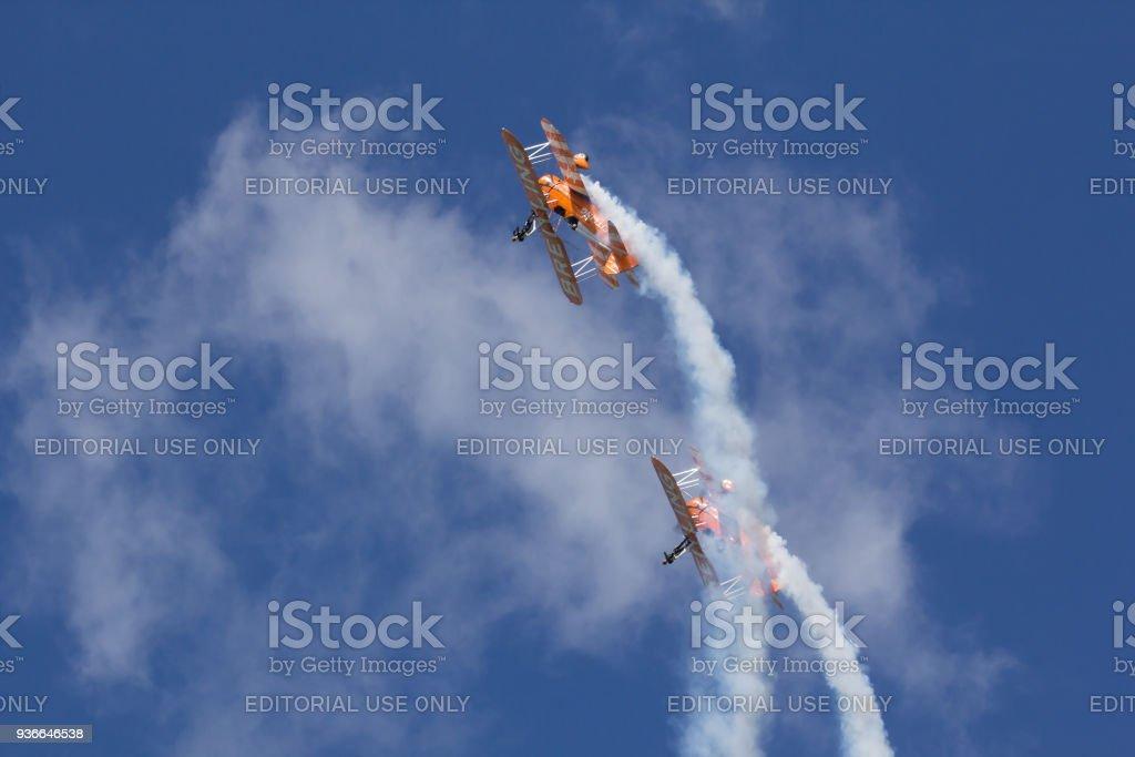 Breitling Wingwalkers maken een looping foto