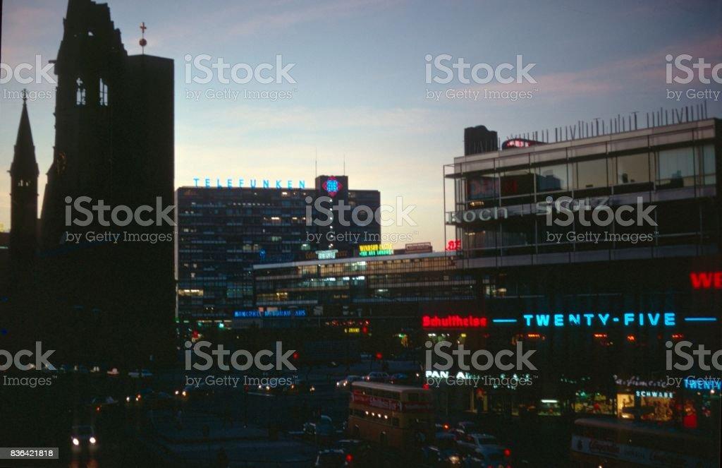 Checkpoint Charlie à Berlin au crépuscule - Photo