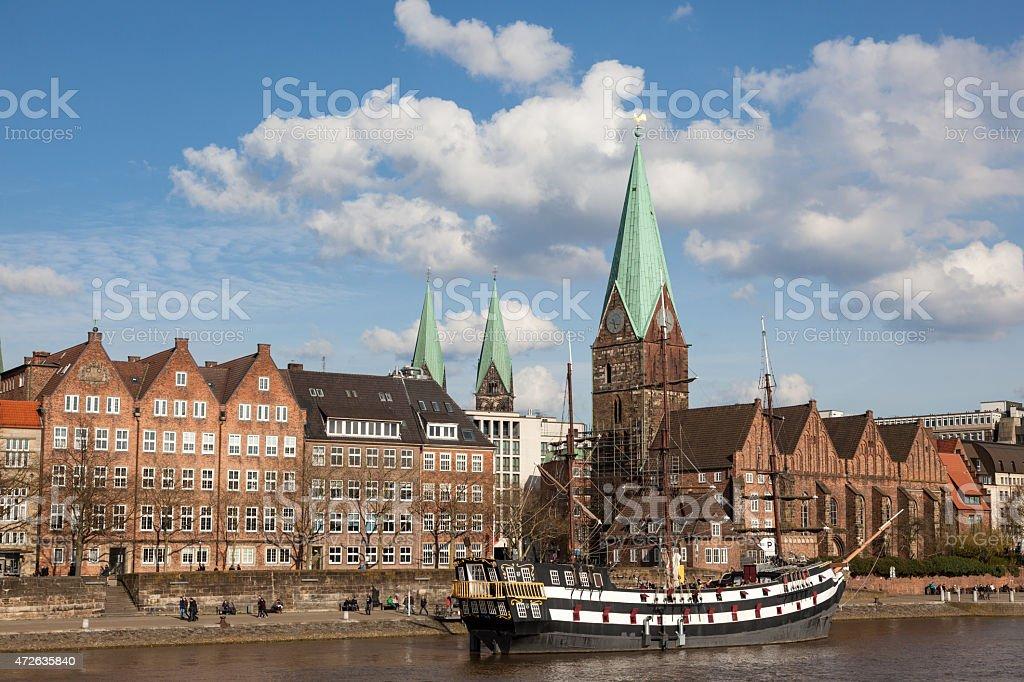 Horizonte de la ciudad de Bremen con barco de vela - foto de stock