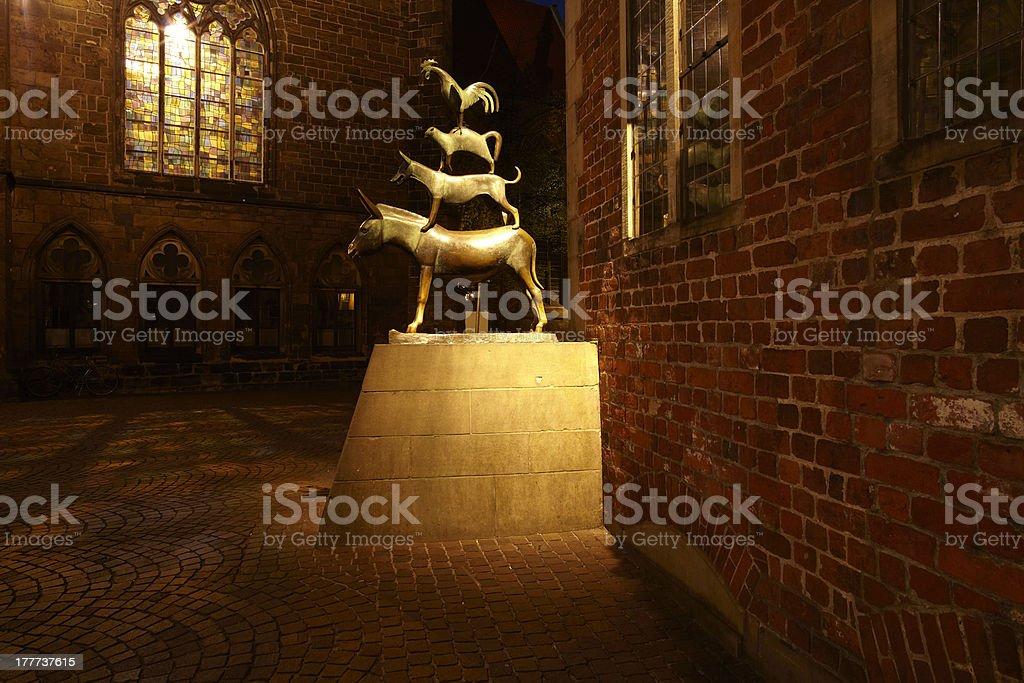 Bremer Stadtmusikanten en Bremen am Abend (Alemania) - foto de stock