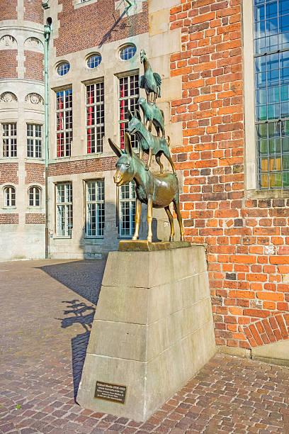 bremer stadtmusikanten skulptur - grimms märchen stock-fotos und bilder