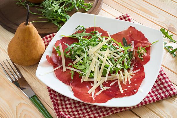 bresaola appetithäppchen - carpaccio salat stock-fotos und bilder