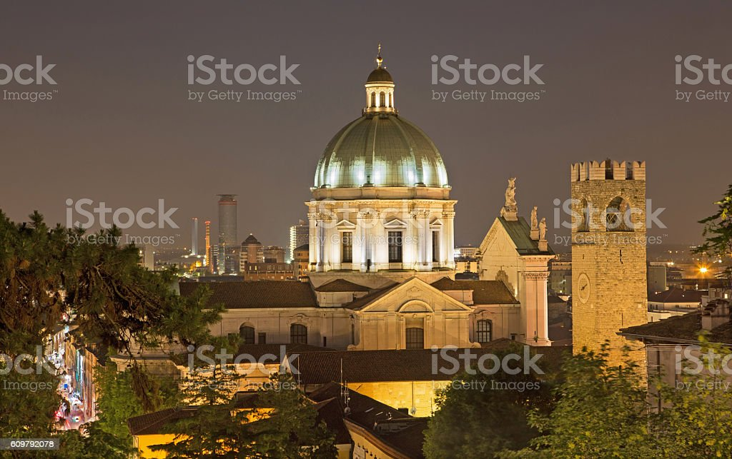 Brescia - The Duomo cupola over the town at night. - foto stock