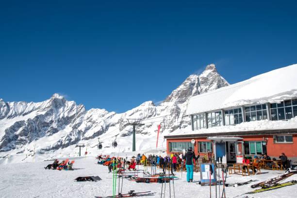 station de ski de breuil-cervinia et mont cervin (matterhorn) en mars, cime bianche laghi, breuil-cervinia, val d'aoste, italie - station de ski photos et images de collection