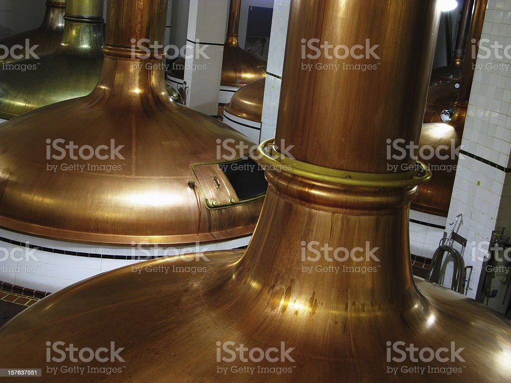 Fábrica de cerveza cobre Vats tetera equipo de producción - foto de stock