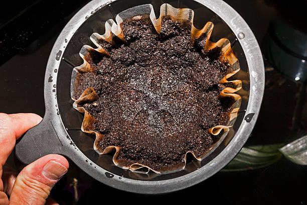 brewing kaffee - kaffeepulver stock-fotos und bilder