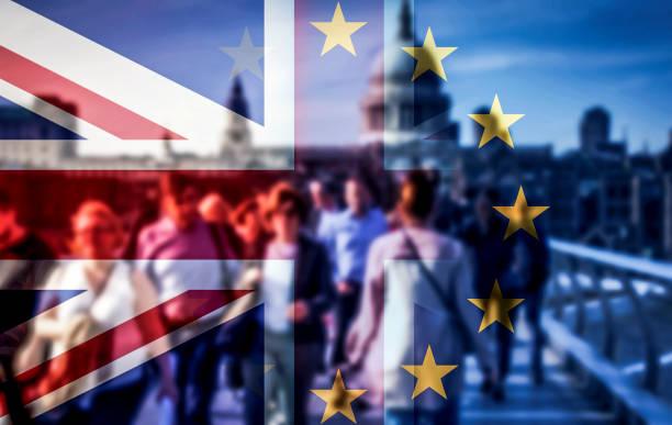brexit konzept - doppelbelichtung von fahnen und menschen zu fuß auf millennium bridge - britische politik stock-fotos und bilder