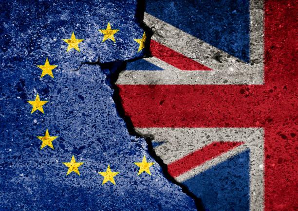 brexit-symbol. konzept-darstellung.  eu und uk flagge an gebrochenen wand. - trennungssprüche stock-fotos und bilder
