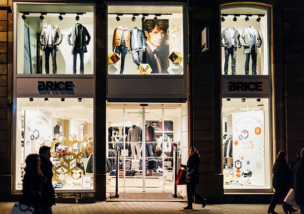 brice pret-a-porter fashion store in strasbourg, france at night - anzieh nacht stock-fotos und bilder