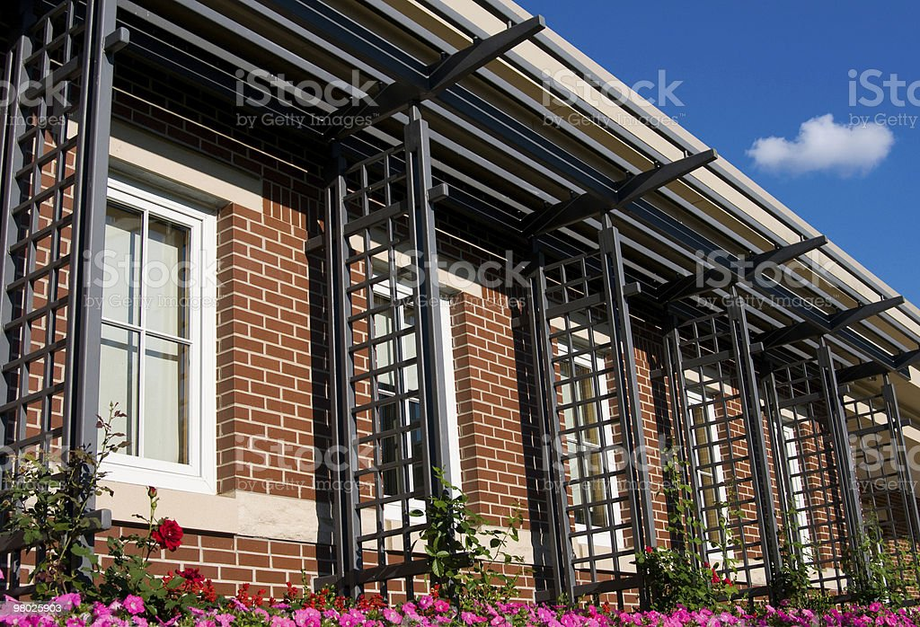 Edificio in mattoni con cielo blu foto stock royalty-free