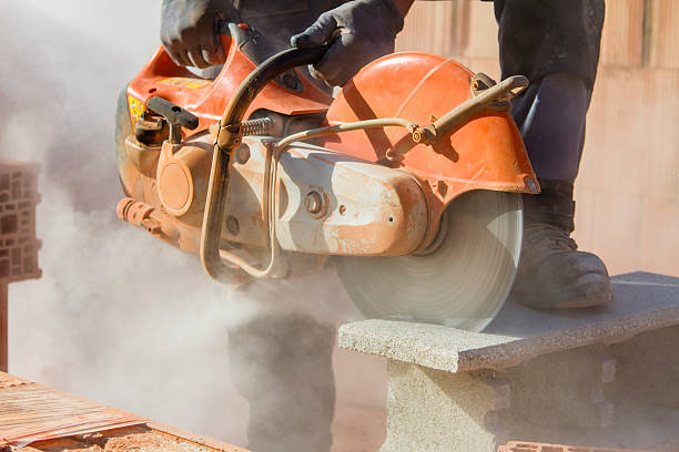 brick cutting - saw stockfoto's en -beelden