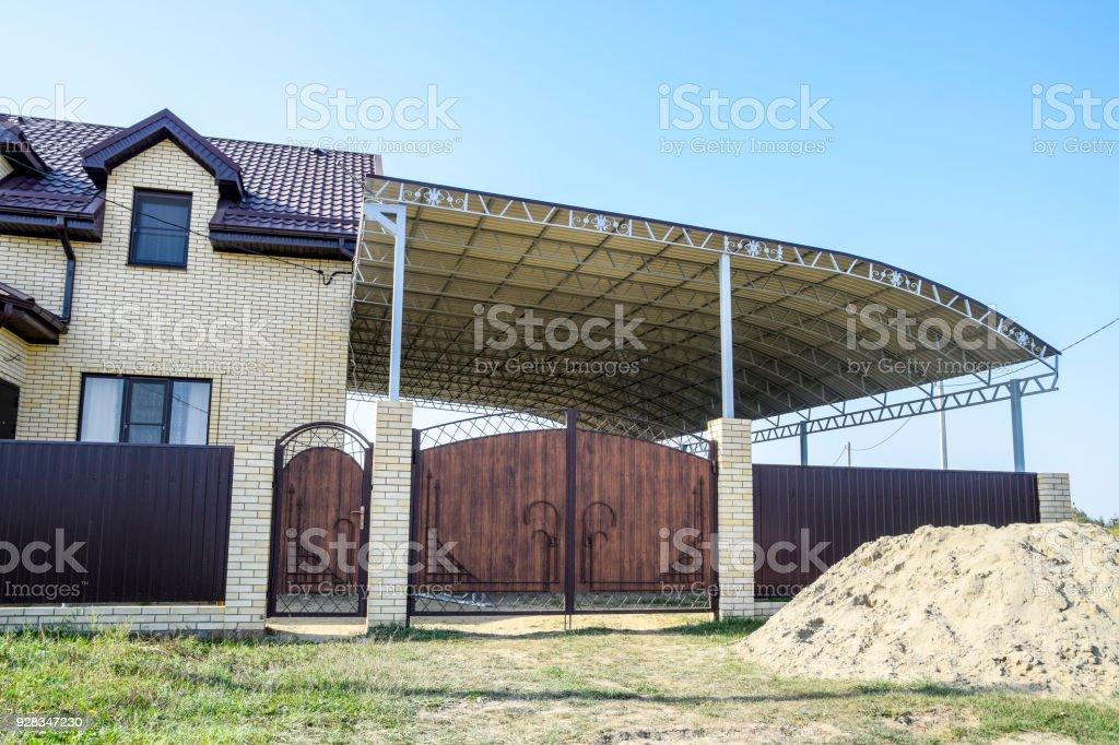 Casa De Ladrillo Con Una Cerca Y Puertas Un Toldo Grande Con Un ...