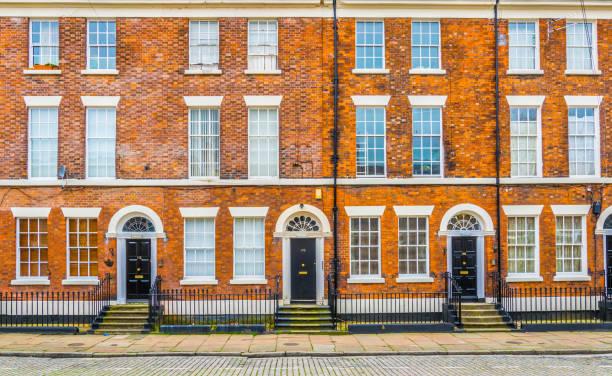 maisons en briques à liverpool, angleterre - liverpool angleterre photos et images de collection