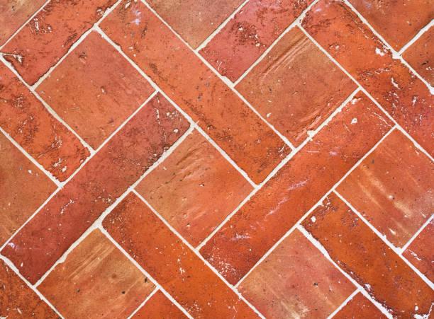brick fliesen - rustikaler hinterhof stock-fotos und bilder