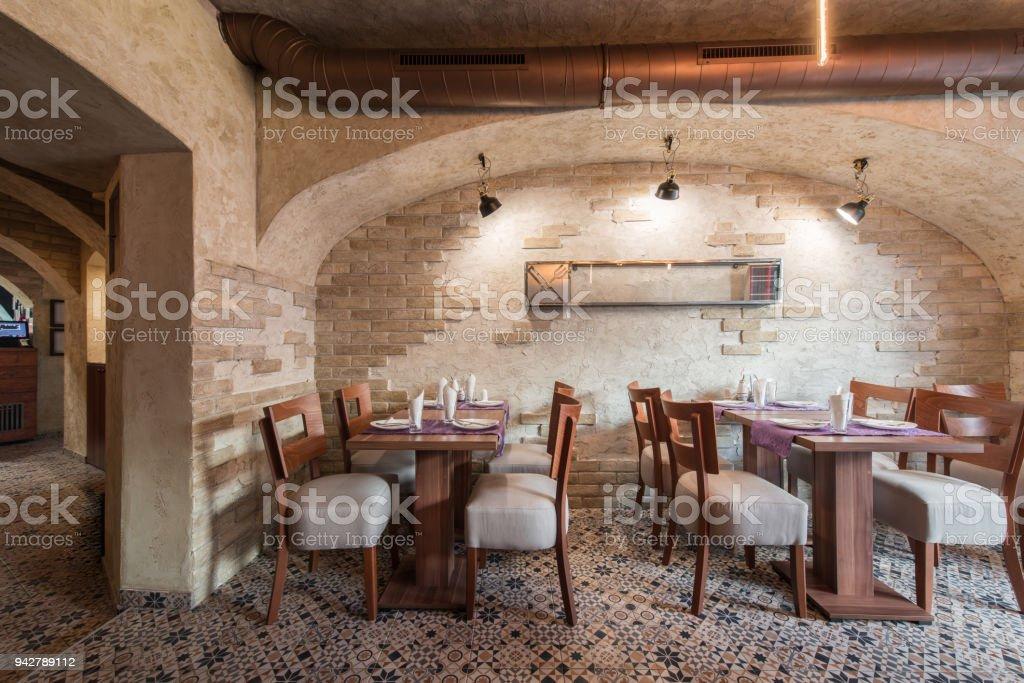 Ziegelmauer Und Rustikalen Fliesenboden Im Interieur Des Restaurants ...