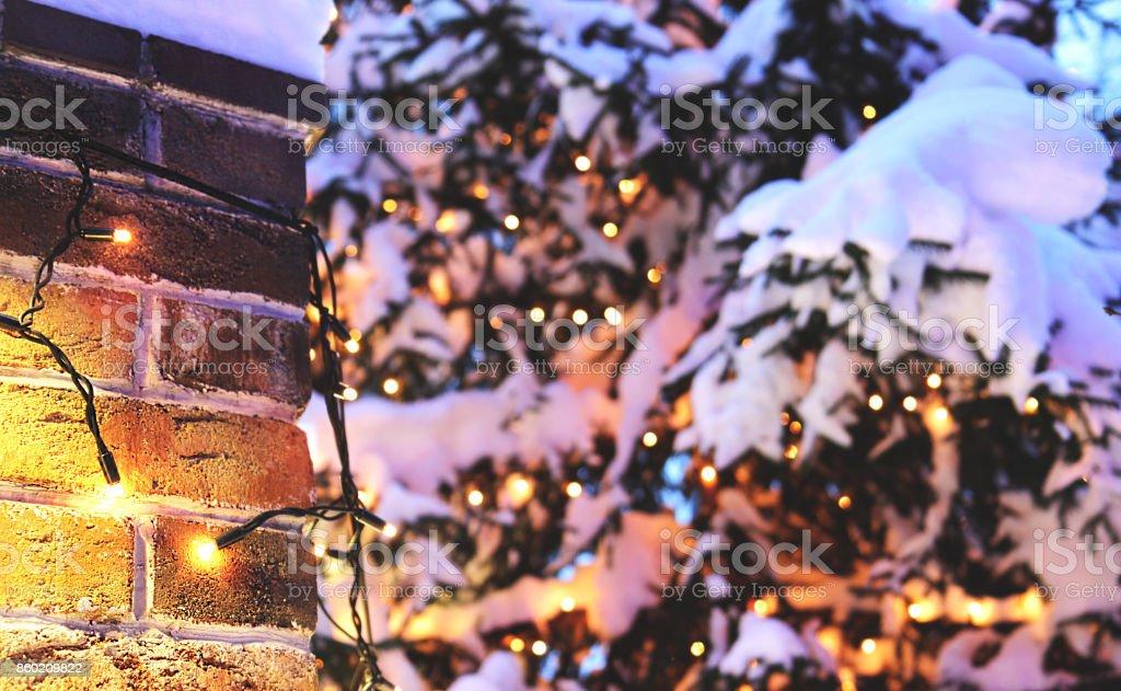 mur de briques Christmas background avec éclairage incandescent et neige - Photo