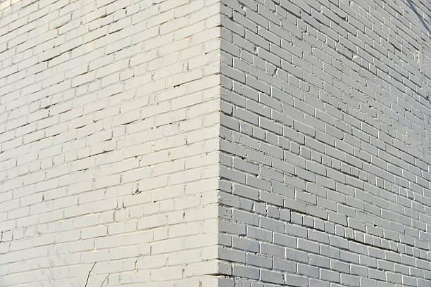 れんが壁ペインティッド、白色ペイントます。 ストックフォト