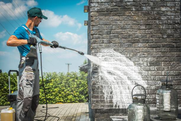 brick wall pressure washing - high pressure cleaning stock photos and pictures
