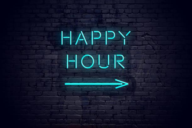 bakstenen muur met neon pijl en teken happy hour. - happy hour stockfoto's en -beelden