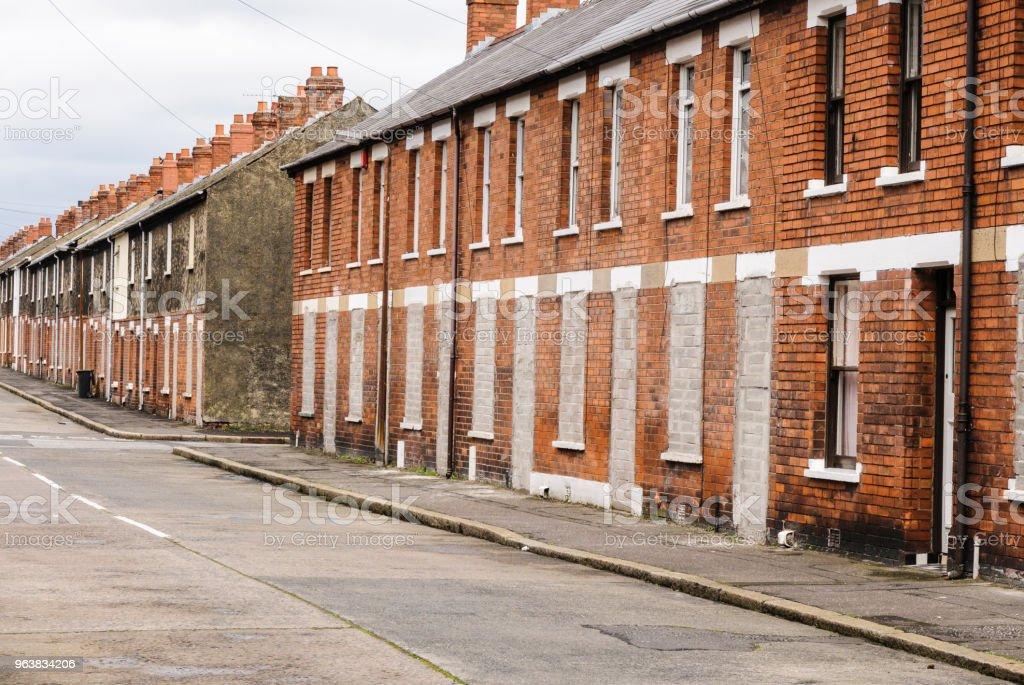 Zugemauert und verlassenen Häusern der Stadt in einem heruntergekommenen Innenstadt street in Belfast – Foto