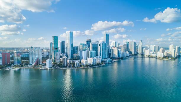 брикелл-ки, городской пейзаж по воздуху в майами. - деловой центр города стоковые фото и изображения