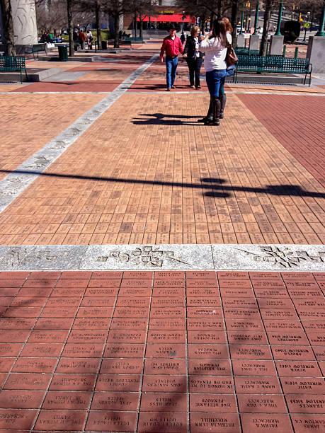 bricks gravée quelques messages de donateurs - gravure à photos et images de collection