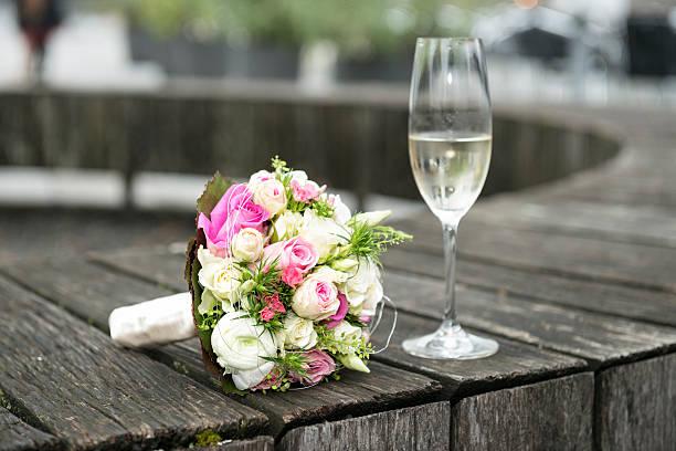 brautstrauß und einem glas champagner - brautstrauß aus holz stock-fotos und bilder