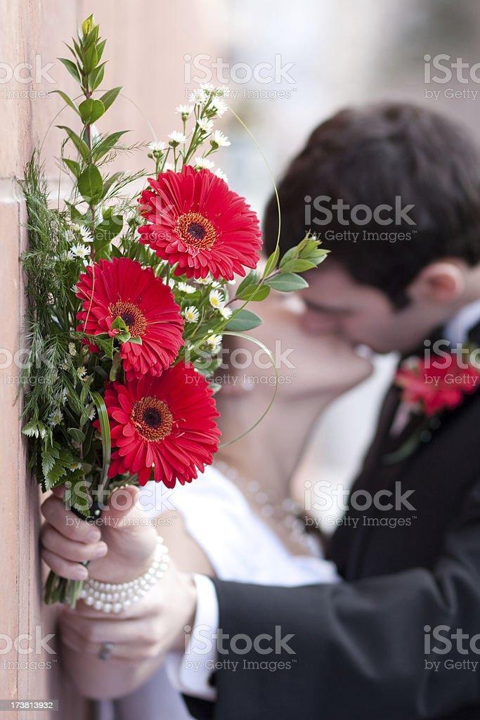 Brautstrauss Gerbera Blumen Mit Braut Und Brautigam Kussen Stock