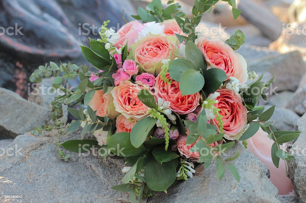 Bridal bouquet lying on the stones. – Foto