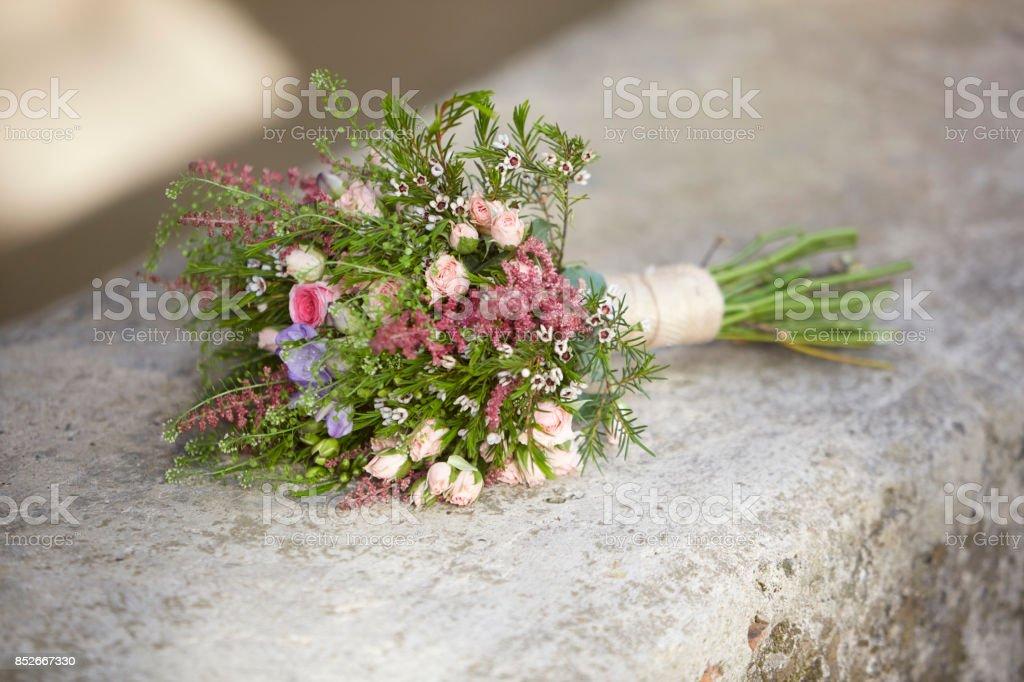 Ramo de flores. Accesorio mujer romántica. De la boda. Fotografía al aire libre. Naturaleza muerta - foto de stock