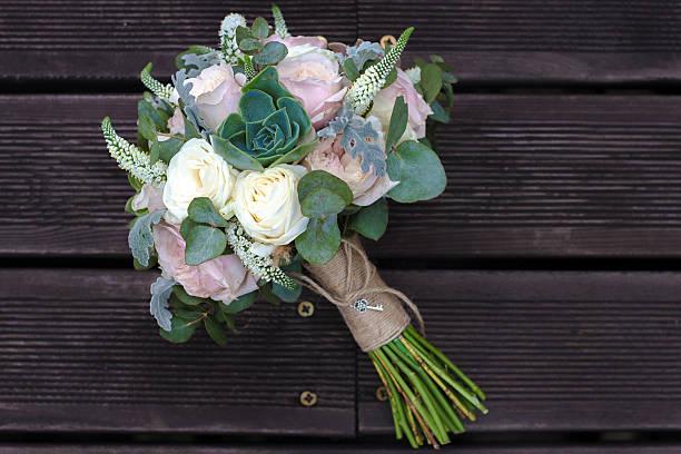 brautstrauß mit rosen auf einem hölzernen planken - brautstrauß aus holz stock-fotos und bilder