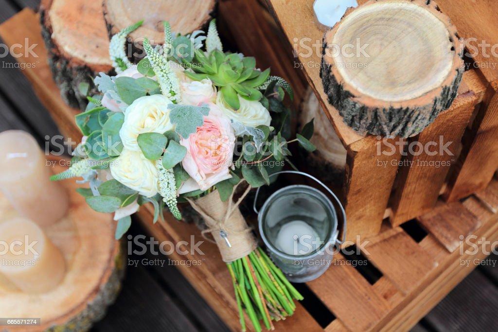 Brautstrauß mit Rosen auf einem hölzernen Planken – Foto