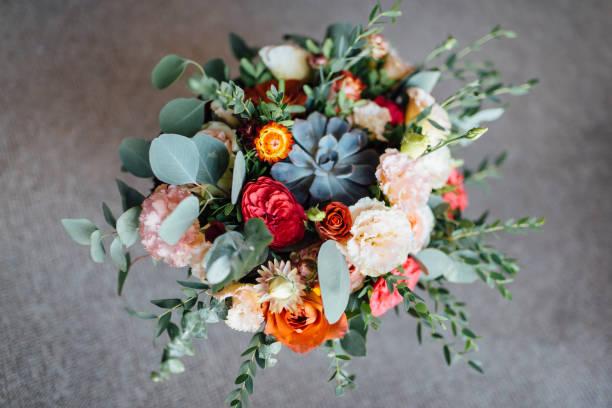 bouquet de mariée. le bouquet de la mariée. beau bouquet de fleurs blanches, bleues, roses et de verdure - bouquet de fleurs photos et images de collection