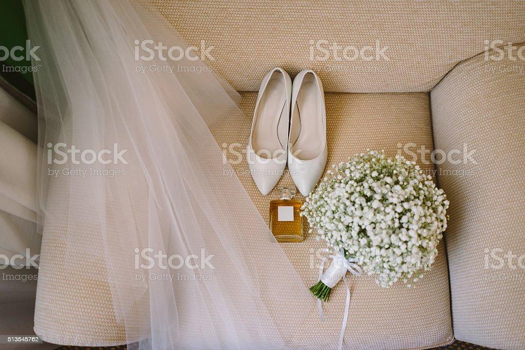 Свадебный букет белых обувь, парфюмерии и вуаль стоковое фото