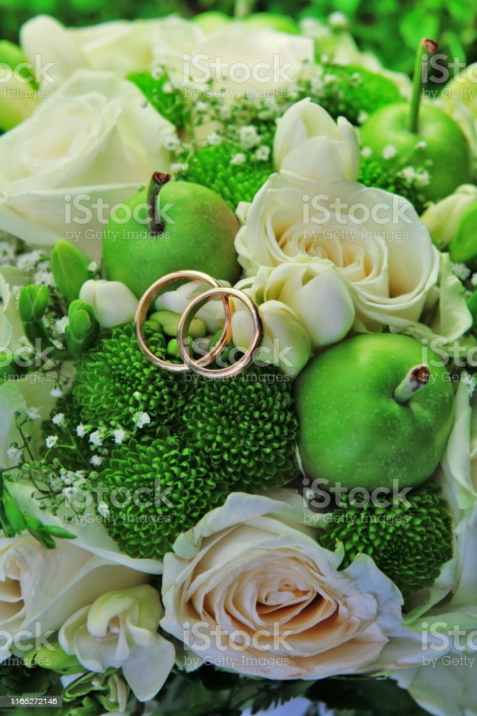 Bouquet Sposa Con Rose.Bouquet Sposa Con Anelli Nuziali Stock Photo Download Image Now