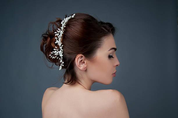 la coiffure de la mariée. brunette avec une coiffure frisée et perles tête de lit. - peigne photos et images de collection
