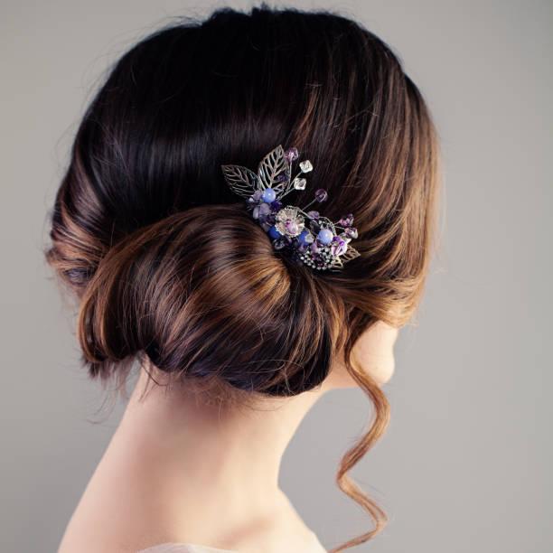 braut- oder prom frisur. schöne frau mit braunen haaren und hairdeco, ansicht von hinten - abendkleid lang blau stock-fotos und bilder