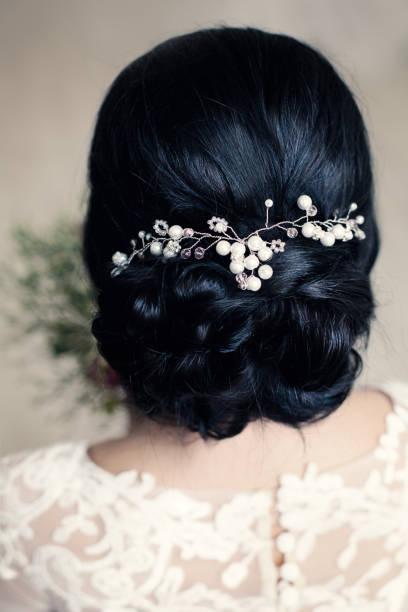 braut- oder prom frisur mit weißen perlen hairdeco auf schwarzem haar - hochzeitsfrisur boho stock-fotos und bilder