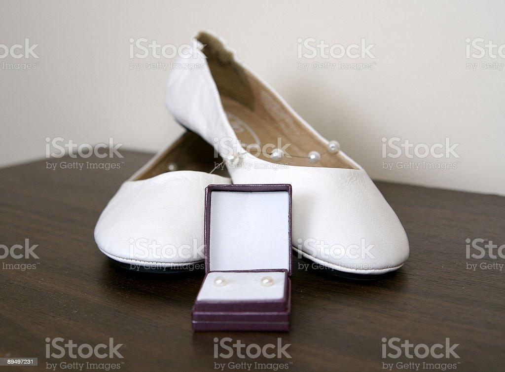 Scarpe da sposa e gioielli foto stock royalty-free