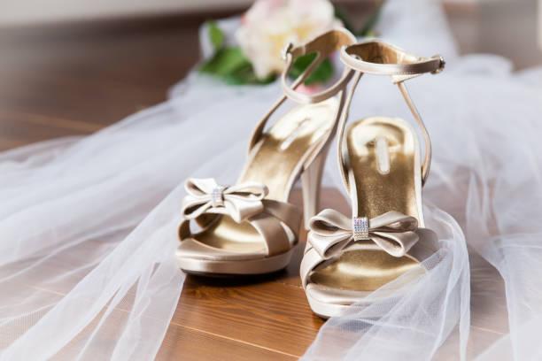 bridal-schuhe - goldhochzeitsschuhe stock-fotos und bilder