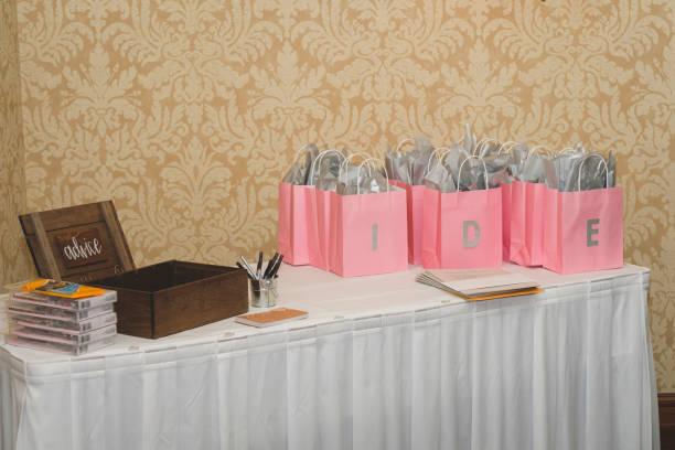 bridal shower beratung tabelle - brautparty kuchen stock-fotos und bilder