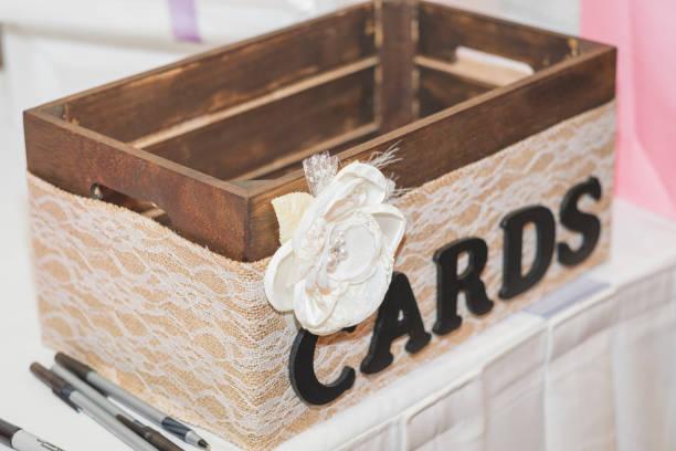 bridal shower karte korb - brautparty kuchen stock-fotos und bilder