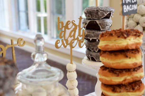braut dusche donut bar - brautparty kuchen stock-fotos und bilder