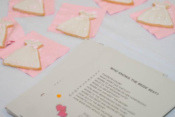 bridal shower spiel - brautparty kuchen stock-fotos und bilder