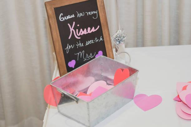 bridal shower küsse spiel - brautparty kuchen stock-fotos und bilder