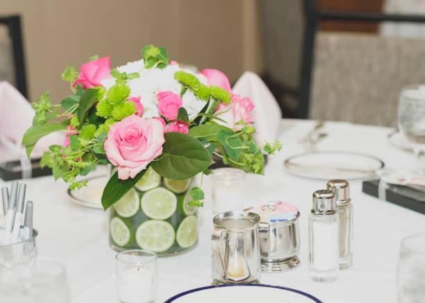 bridal shower tabelle einstellung - brautparty kuchen stock-fotos und bilder