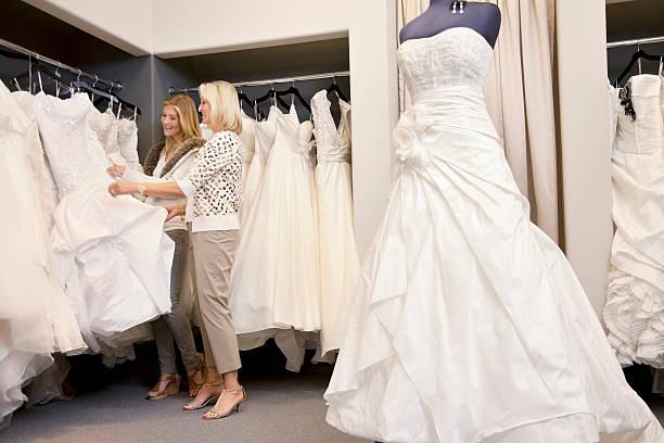 bridal shop - mütterbrautkleider stock-fotos und bilder