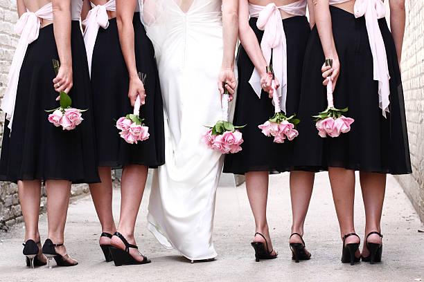 braut hochzeit party mit rosa rose blumensträuße - hochzeitskleid in schwarz stock-fotos und bilder