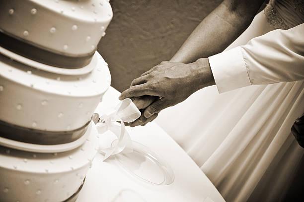 Braut und Bräutigam Schneiden Hochzeitstorte & schwarz und weiß – Foto