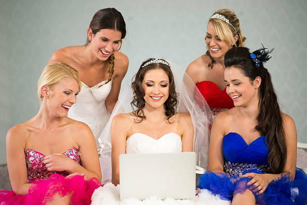 braut und bridesmaides spaß mit laptop - hochzeitskleider online stock-fotos und bilder